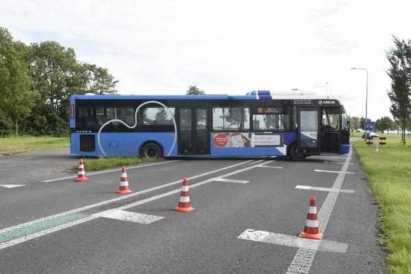 woensdag 13 juli - Lijnbus vast in berm Lauwersseewei Metslawier