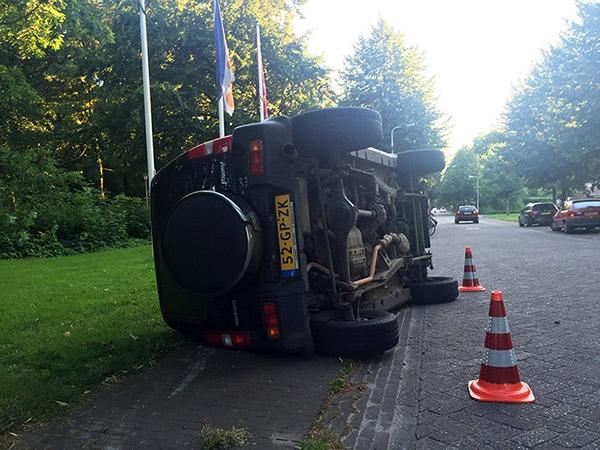 dinsdag 19 juli - Dronken Burgumer vliegt met auto over de kop