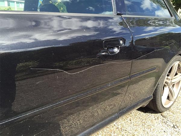 dinsdag 09 augustus - Auto bekrast in Harkema, beloning uitgeloofd
