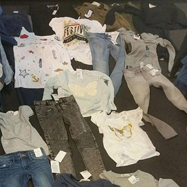 dinsdag 09 augustus - Dames stelen tassen vol kleding