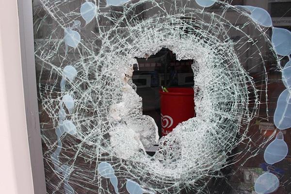 donderdag 11 augustus - Duo pleegt inbraak in telefoonzaak in Dokkum