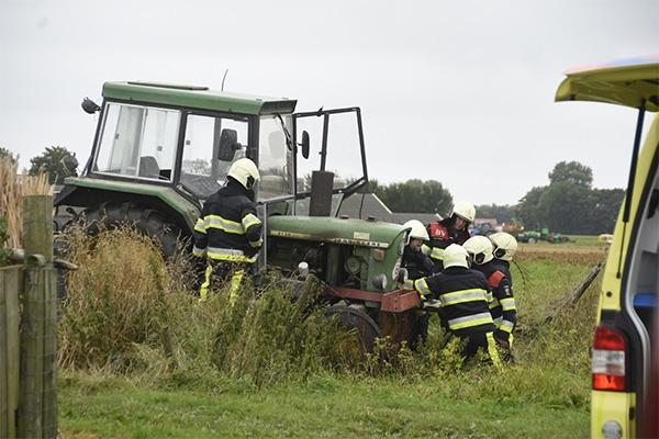 vrijdag 12 augustus - Man bekneld onder tractor in Holwerd