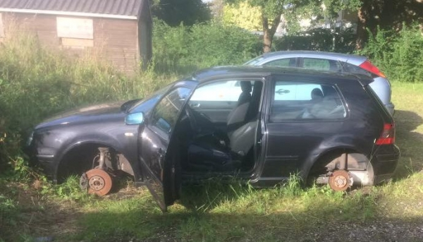 vrijdag 12 augustus - VW Golf totaal vernield in Buitenpost