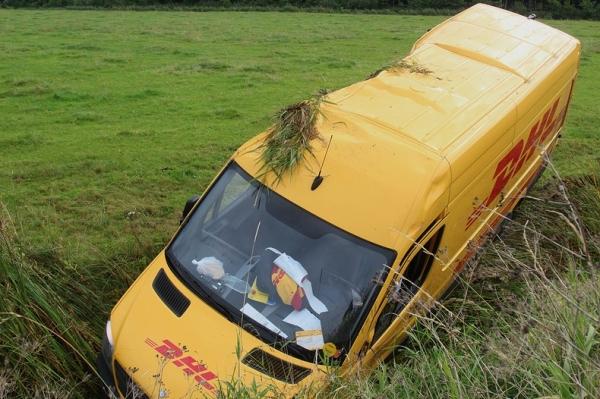 <i>16 uur geleden</i> - DHL koerier slaat over de kop op W�ldwei