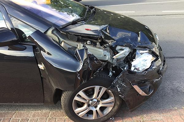 maandag 19 september - Weer auto's in botsing op de Woudweg