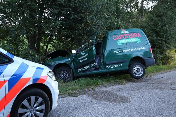 zaterdag 24 september - Bestelbus rijdt tegen boom in Jubbega