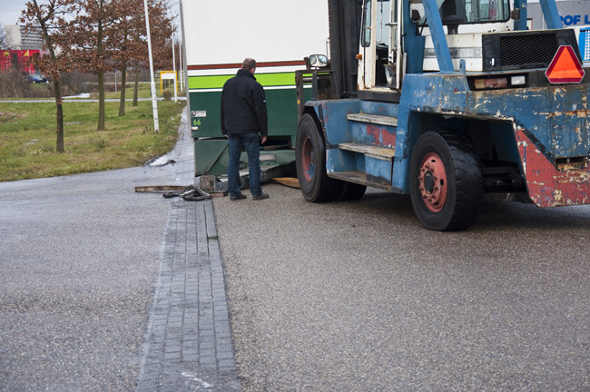 Vrachtwagen verliest aanhanger for Kruidvat drachten