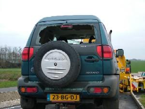 Glas doorboort auto in Aldtsjerk