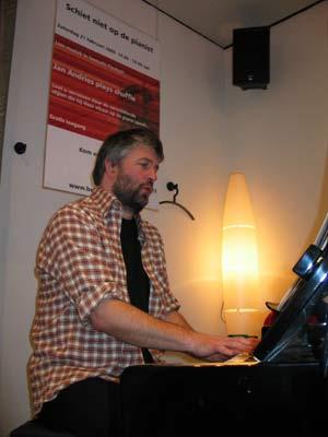 Jan Andries pianoot in bibliotheek