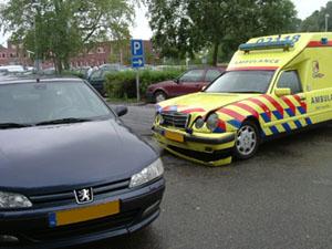 Ambulance in botsing met auto