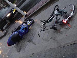Scooter en fietser in botsing