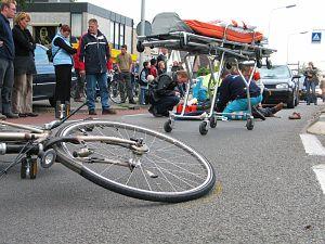 Bejaarde fietser geschept door auto