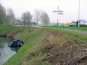 Twee auto's total loss onder Holwerd
