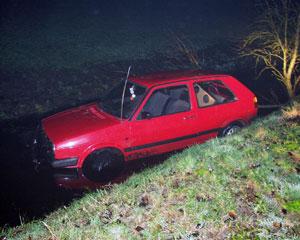 Auto belandt in sloot bij Suwâld