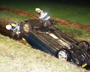 Auto in de sloot bij Oentsjerk