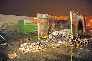 Container in brand bij papierfabriek