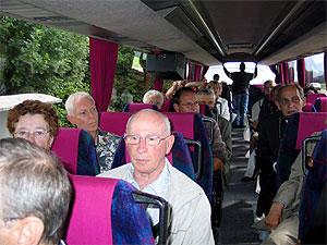 Inwoners met bustour gemeente rond