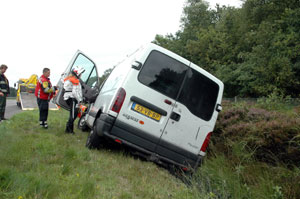 Auto beland in greppel naast A7
