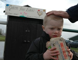 Lukas verdrietig om gestolen eieren