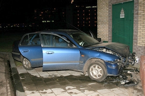 Auto botst tegen muurtje in Drachten
