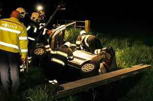 Bestuurster mist bocht: auto in sloot