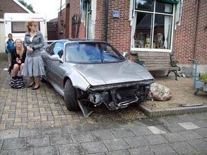 Man rijdt met auto tegen gevel