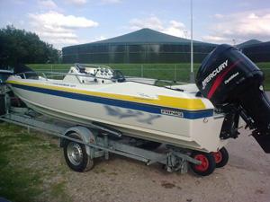 Vluchtende speedboot vaart 100 km/u