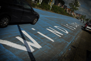 Kunstzinnig protest op blauwe straat
