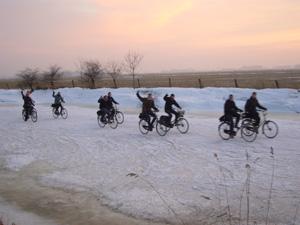 Jeugd fietst over het ijs naar school