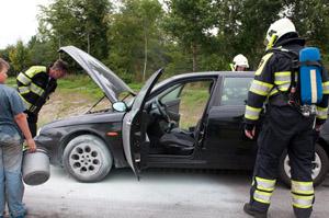 Autobrand door steen in Ureterp