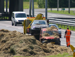 Automobilist rijdt in hooiberg op A7