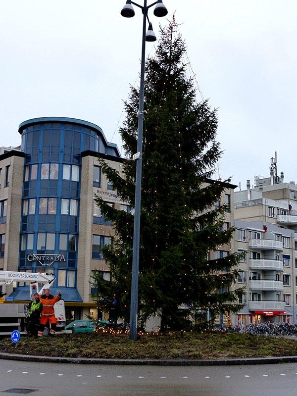 Geen kerstboom meer op rotonde bij Lawei