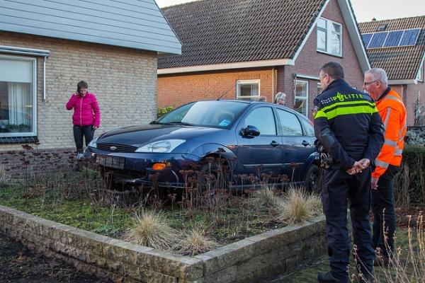 Parkeren In Voortuin : Auto belandt in voortuin in oudega