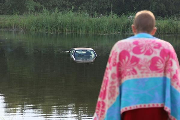 Auto te water: bestuurder loopt nat pak op