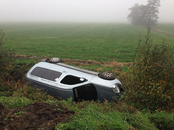 Vrouw uit Eastermar met auto in sloot beland