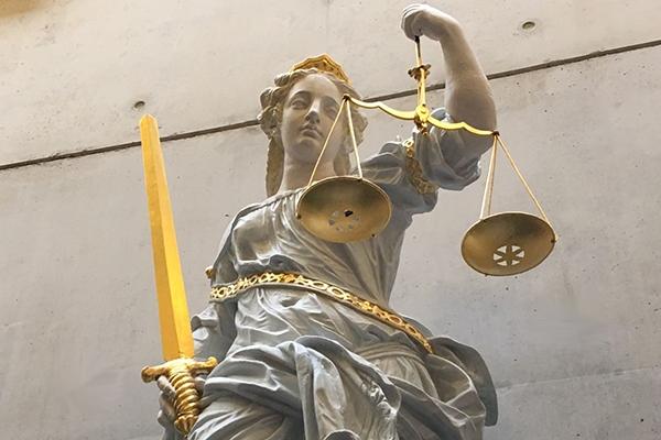 Vrouw breekt pols, vrijspraak van mishandeling