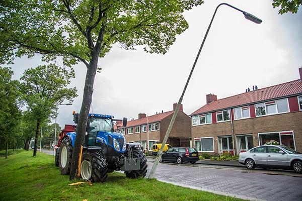Tractor tegen boom door remprobleem