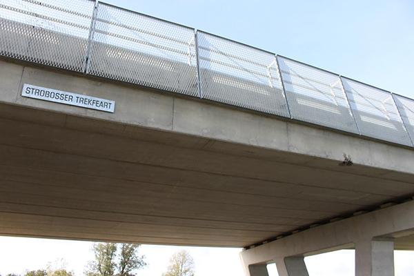 Kraanmachinist rijdt tegen viaduct bij Dokkum