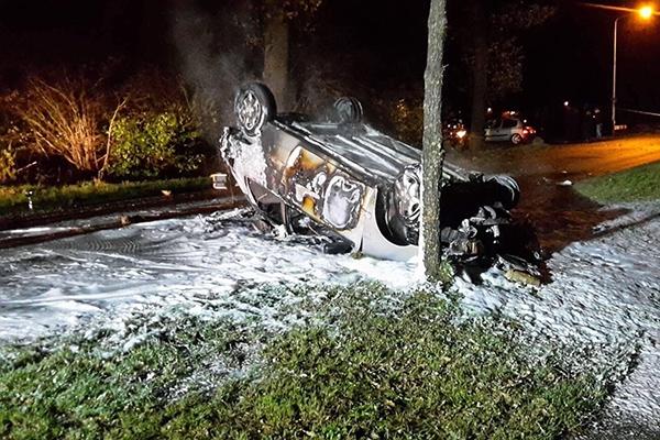 Auto vliegt over de kop en in brand