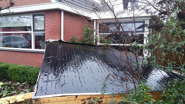Dak van prieel waait tegen woning in Boornbergum