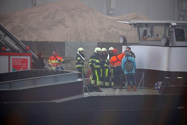 Brandweer in actie voor lekkend binnenvaartschip