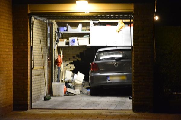 Vrouw rijdt garagemuur eruit