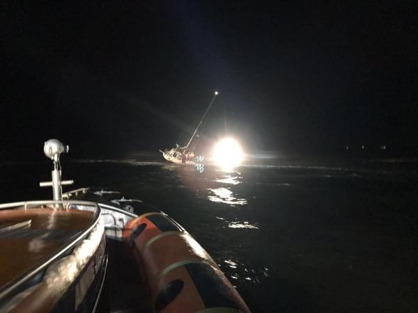 Zoektocht naar man op vastgelopen boot