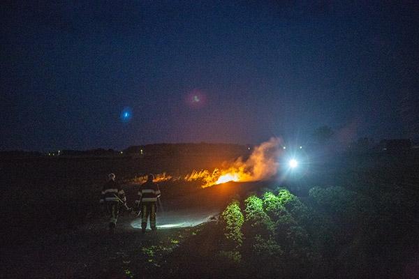 Brandweer blust bermbrand in Nes