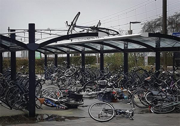 Vandalen vernielen tientallen fietsen op station