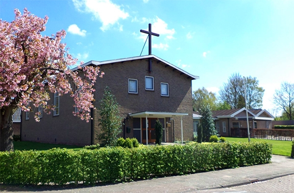 Insluipers doorzoeken kerk tijdens dienst