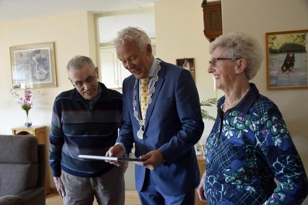 Echtpaar de Vries-Krans 65 jaar getrouwd