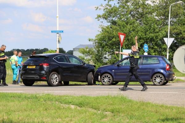 Auto's in botsing op Earnewarre bij Garyp