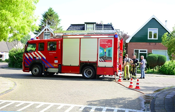 Brandweer blust dakbrand in Beetsterzwaag