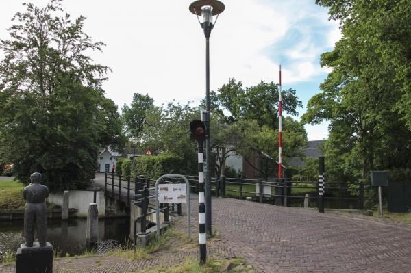 Kraan hijst brug Aldtsjerk voor Maarten vd Weijden